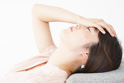 頭痛に困っている女性